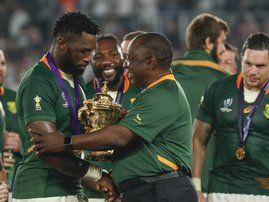 South Africa's President Cyril Ramaphosa (C) congratulates South Africa's flanker Siya Kolisi (L) as they celebrate winning the Japan 2019 Rugby World Cup  / AFP