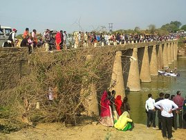 Onlookers gather after a bus ferrying a wedding party fell while crossing a bridge over the Maiz Rover in Rajasthan's Bundi district on February 26, 2020. A bus carrying a wedding party crashed into a river February 26 in India's western state of Rajastha
