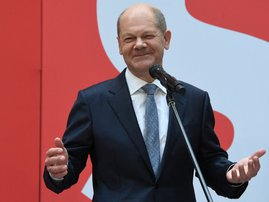 German Finance Minister, Vice-Chancellor and the Social Democrats (SPD) candidate for Chancellor Olaf Scholz gestures as he delivers a statement prior to a SPD leadership meeting at the party's headquarters in Berlin on September 27, 2021, one day after g