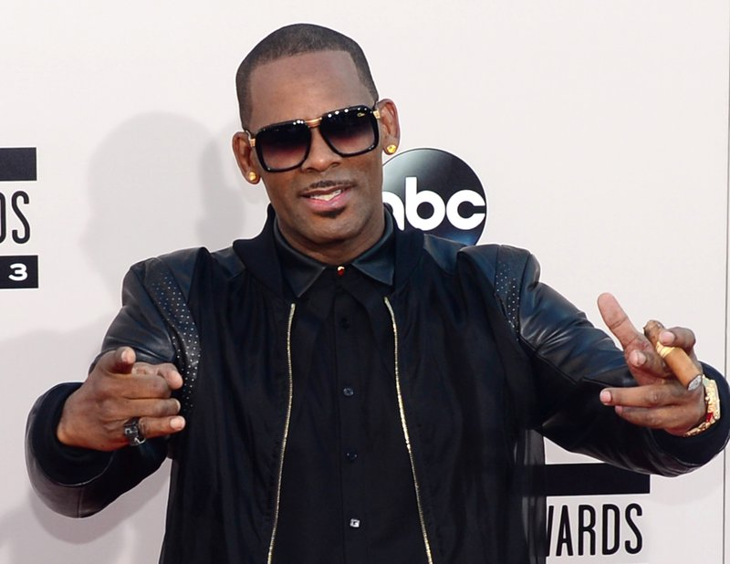 R Kelly arrives for the 2013 American Music Awards at the Nokia Theatre L.A. Live in downtown Los Angeles, California, November 24, 2013. AFP PHOTO / Frederic J. Brown FREDERIC J. BROWN / AFP