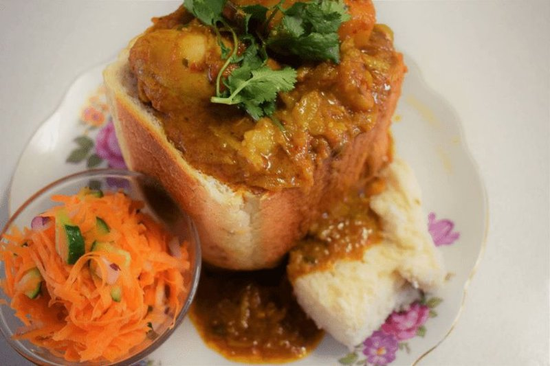 Lekker chicken curry bunny chow - single use only