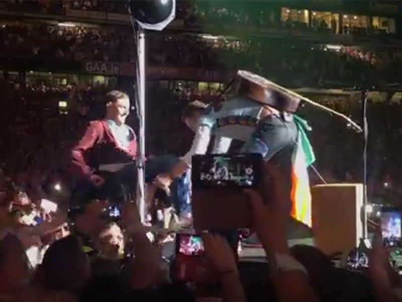 Man in wheelchair crowdsurfs to front of Coldplay concert