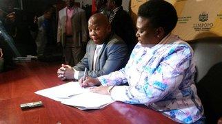 Des David van Rooyen signs agreement to end shutdown in Vuwani_jacanews