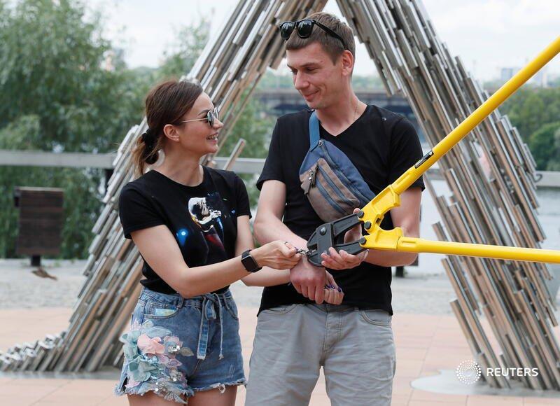 Ukrainian couple handcuffed 123 days breakup