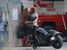 Lady Gaga and Bradley Cooper kissing