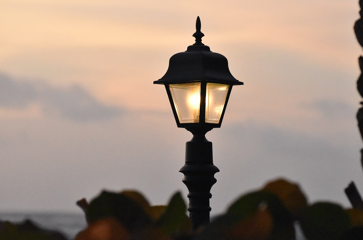 Eerie Photo Of A Lamp Post Has Everyone Freaked Out