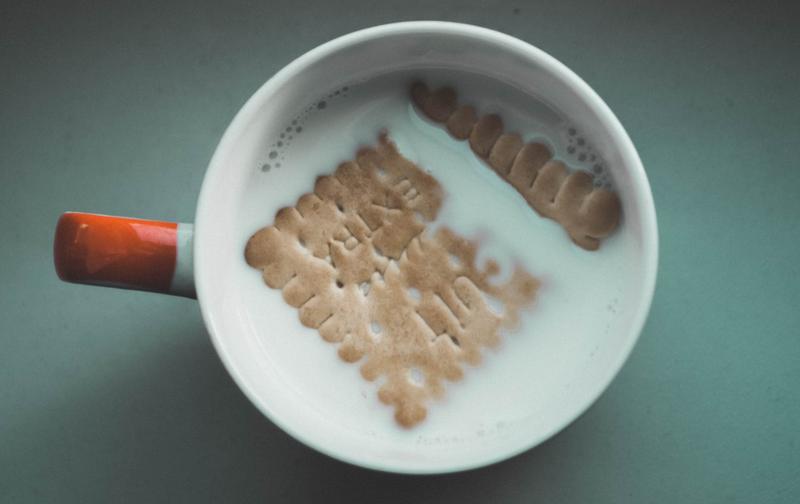 biscuit in milk pexels
