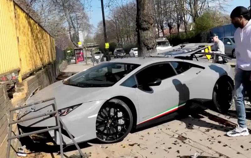 Driver crashes Lamborghini / YouTube