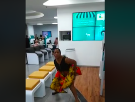WATCH: Woman protest in bank while waiting for an hour