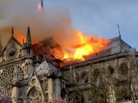 Notre Dame ablaze / Twitter