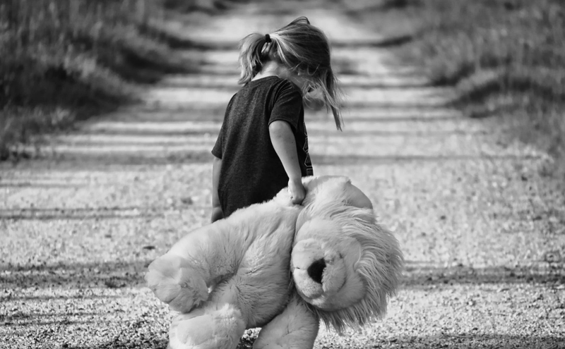 Child dragging her teddy bear / Pexels