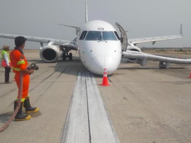 Plane lands without front wheels
