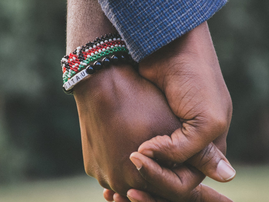 Couple holding hands / Pexels