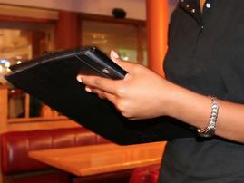 Waiter at restaurant / Pexels