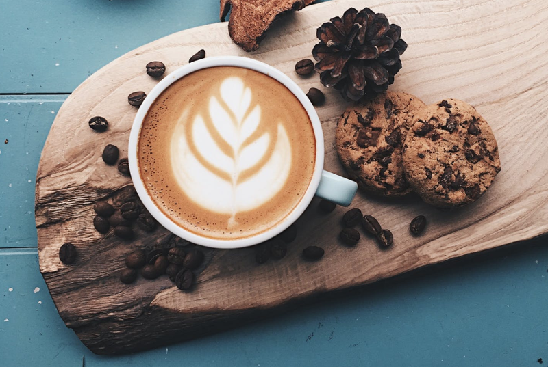 Coffee and a chocolate chip biscuit / Pexels