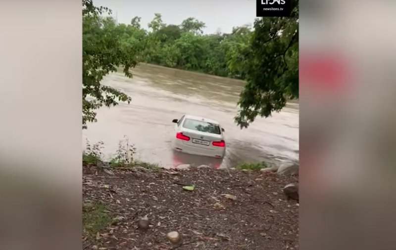 Man plunges BMW into a lake in a rage after he didn't get a Jaguar / YouTube