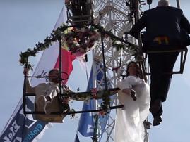 German aerial artist gets married in the sky / YouTube