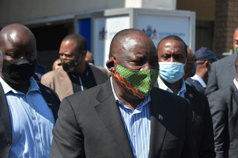 President Cryil Ramaphosa wearing a mask