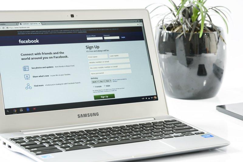 laptop facebook home
