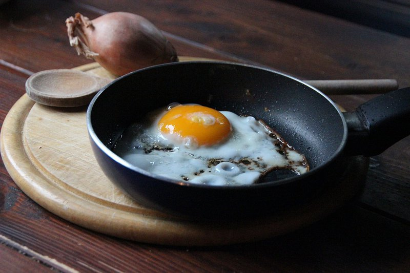 A Dubai chef literally fried an egg on the sidewalk