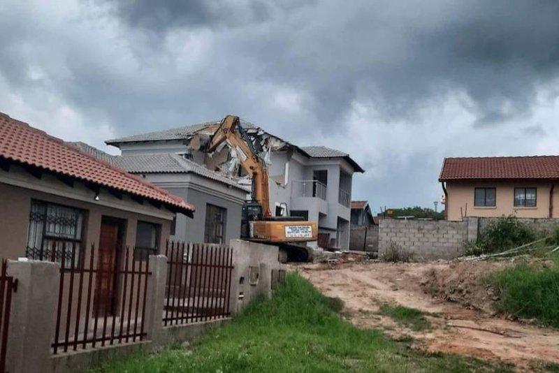 [WATCH] Scorned businessman demolishes mansion built for ex-lover