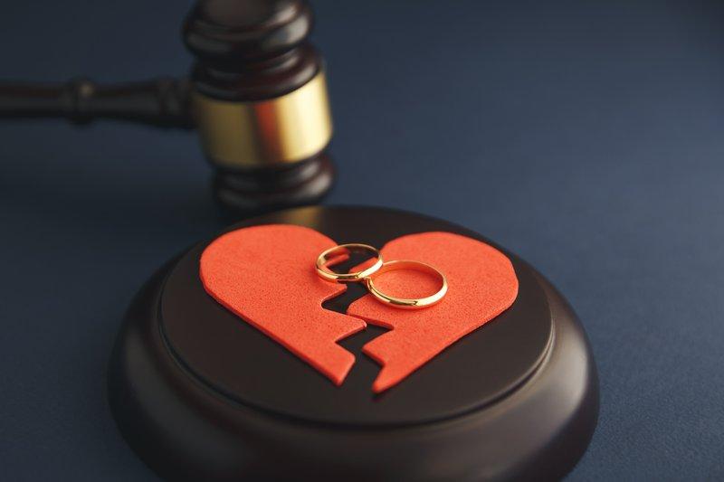Wedding rings on the figure of a broken heart / iStock
