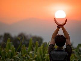 Man holding the sun / iStock