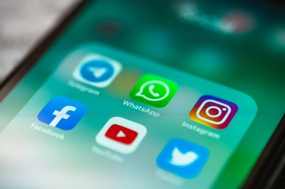 Users react to WhatsApp 'invading' their statuses - Jacaranda FM