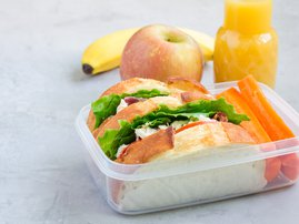 Lunchbox with chicken sandwiches / iStock