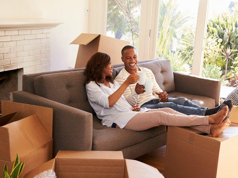 ¿Deberían las parejas vivir juntos antes de casarse? - Página 3 IStock-_couple_moving_in_living_room_boxes.width-800