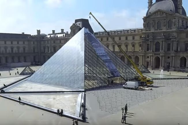 French artist makes Louvre pyramid disappear_video
