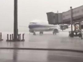 Plane struck by lightning in China_video