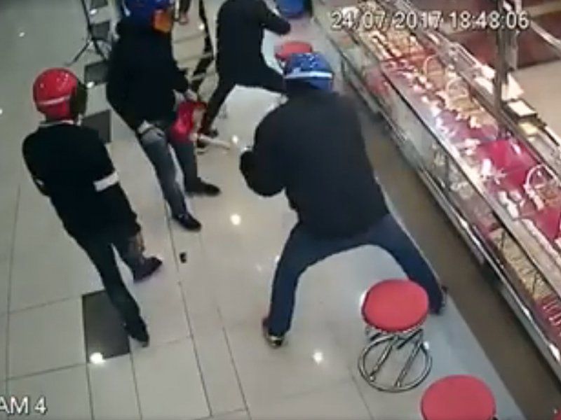 Robbers fail at jewellery store hit