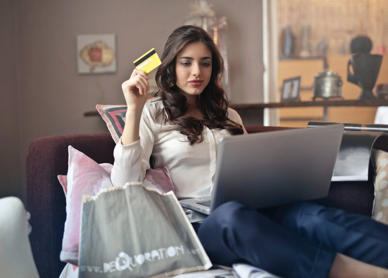 Women holdi ng her credit card